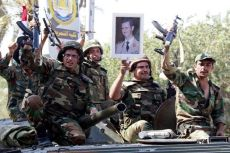 Des soldats de l'armée syrienne sur un véhicule blindé de l'infanterie mécanisée. L'équipement de l'armée syrienne a connu une amélioration constante depuis 2001.