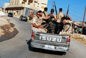 Des combattants arabes sur un pick-up de l'ASL à Idleb