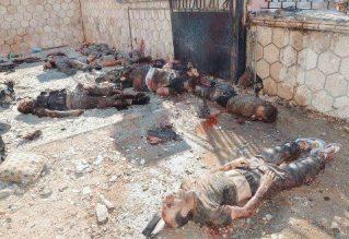 """Les combats urbains à Alep entre les unités de l'Armée arabe syrienne et les éléments de l'Armée syrienne libre (ASL)-Rebéllion se caractérisent par un acharnement extrême et une violence inouie. L'annonce par l'ASL du transfert de son commandement de la Turquie au Nord d'Alep et d'un """"sursaut général"""" marqué par l'attaque suicide contre le ministère syrien de la défense à Damas en date du 26 septembre 2012 n'a pas donné de résultats probants. Ici, des cadavres de combattants rebelles de l'ASL tués à Alep."""