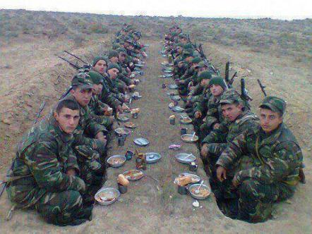 Des soldats d'une unité de l'armée arabe syrienne prenant un repas. Cette armée est la grande révélation des évènements secouant la Syrie depuis plus de deux ans. Même en cas d'effondrement de l'Etat-National syrien, cette armée n'aura nullement démérité puisqu' elle aura déjà réussi à accomplir l'impossible