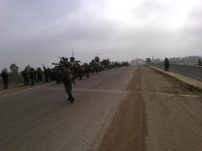 Photo datant du 15 avril 2013 montrant une unité blindée de l'armée syrienne avançant sur un pont en direction de Derâa au Sud du pays. L'armée syrienne est en train de ré-investir les localités contiguës avec la Jordanie et le Golan.