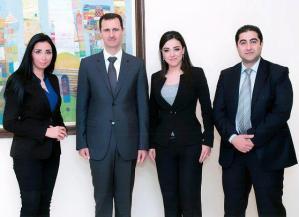 """Le président Assad est l'invité ce soir de la chaîne d'info en continu Al-Ikhbarya. Il sera interviewé par la présentatrice vedette de cette chaîne Ruby Hajly (deuxième à partir de la droite) et le journaliste Hussein Fayad (premier à partir de la droite). Les tentatives de diabolisation d'Assad ont échoué malgré l'utilisation des services de plus d'une centaine d'agences de spécialisées dans la gestion d'image et la communication politique. Ce ne fut pas le cas avec le président irakien Saddam Hussein ou encore le """"Guide"""" libyen Mouamar Gaddafi dont les excentricités et autres excès ont grandement facilité leur """"démonisation"""" dans les médias mondiaux."""