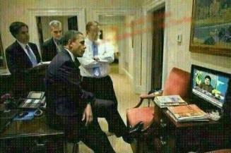 Le Président US Barack Hussein Obama suivant avec désinvolture le dernier discours du chef du Hezbollah libanais Sayed Hassan Nasrallah. L'implication du Hezbollah en Syrie complique la donne pour Washington.