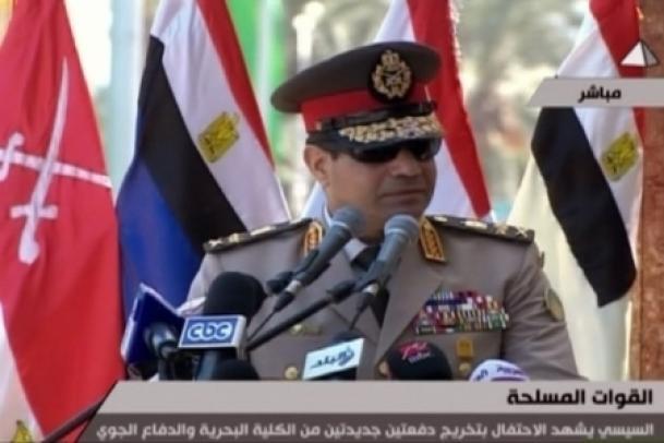 """Le Général Al-sissi, chef des armées égyptiennes appelle les égyptiens à soutenir une lutte sans précédent contre le terrorisme. Le rôle du nouvel homme fort de l'Egypte demeure encore ambigu mais les pressions croissantes de Washington et de l'Union Européenne en faveur des Frères Musulmans indiquent que l'armée égyptienne n'est pas aussi docile qu'elle veuille bien le faire croire et qu'elle a sa propre conception de la sécurité nationale. Pendant ce temps, des rapports secrets établis par des ambassades de pays maghrébins au Caire s'inquiètent d'une """"probable invasion de [millions] de réfugiés égyptiens en Libye, en Tunisie et en Algérie..."""