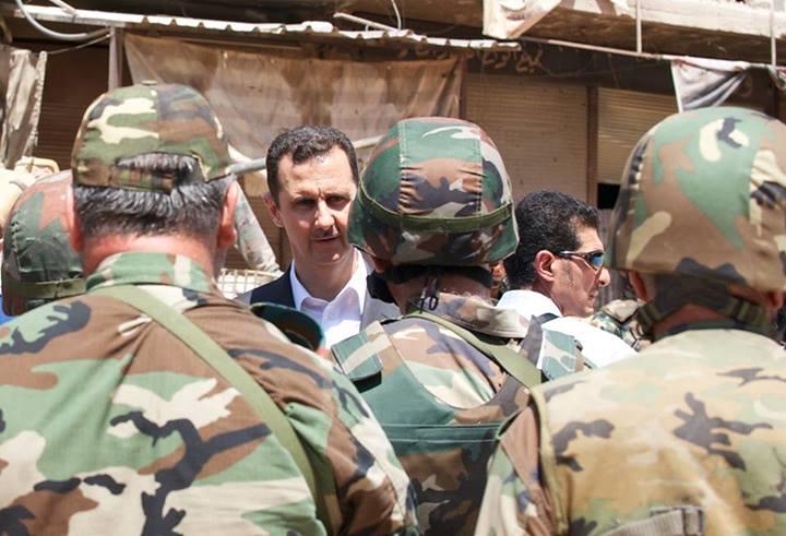 """Al-Assad au milieu de la troupe à Darya, il y a quelques moments. """"Je suis fier de vous en tant que soldats...L'histoire retiendra que vous avez combattu jusqu'au bout dans l'ordre et la discipline. la Syrie fait face à l'une des plus sauvages agressions de l'histoire contemporaine et vous avez montré au monde entier que vous n'étiez pas une armée fantôche...Nous vaincrons!"""""""