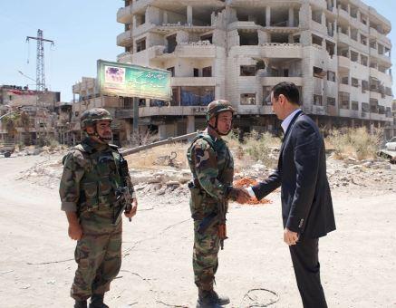 Image inédite du Président syrien Bashar Assad sur le terrain des opérations, aujourd'hui 01e août 2013, à l'occasion du 68e anniversaire des forces armées syriennes. En visite auprès des unités opérationnelles à Darya, dans la périphérie Sud de Damas, l'une des zones les plus dangereuses en Syrie. Il a fallu sept mois d'assauts ininterrompus à l'armée syrienne sur cette localité pour venir à bout des 6000 insurgés qui y étaient retranchés.