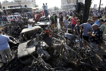 Deux voitures piégées explosent devant deux mosquées à Tripoli, Liban, le 23 août 2013. Bilan: 29 morts et 352 blessés. Le Liban est la cible d'une campagne organisée de terreur et d'intimidation visant à le faire entraîner dans une guerre confessionnelle.