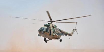 Un hélicoptère Mil Mi 17 des forces armées syriennes lors d'exercices dans le désert.
