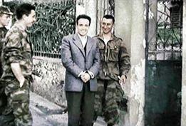 Icône incontestable de la révolution algérienne, Larbi Benmhidi peu avant son exécuti, on extra-judiciaire par les parachutistes français en 1957. La guerre d'Algérie fut de loin l'un des conflits les plus cruels de la période post-1945. Ce fut une guerre sans nom, cachant d'autres guerres intestines entre et à l'intérieur de chaque communauté. Guerre atroce, totalitaire et où les passions ont atteint leur paroxysme. Le bilan de cette guerre au cours de laquelle l'armée française tenta d'appliquer les préceptes de la guerre totale d'anéantissement contre ce qui étaient supposés être ses propres citoyens est effroyable à plus d'un titre: 10% de la population totale périt entre 1954 et 1962; deux millions de personnes sur une population de 10 millions furent internés dans ce qu'il faut bien appeler des camps de concentration pour éviter tout contact avec la guérilla; un million de personnes durent s'exiler outre-médirannée, la mort dans l'âme. Déclenchée un 1er novembre 1954 par une poignée de militants indépendantistes, la guerre d'Algérie allait vite tourner à un cauchemar sans visage. Les excès sanglants des officiers généraux, notamment ceux des parachutistes et de la légion, d'abord dans la légalité puis dans la clandestinité, finirent par anéantir toute possibilités de cohabitation pacifique.