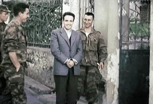 """Icône incontestable de la révolution algérienne, le militant anti-impérialiste Algérien Larbi Benmhidi peu avant son exécution extra-judiciaire par les parachutistes français en 1957. La guerre d'Algérie fut de loin l'un des conflits les plus cruels de la période post-1945. Ce fut une guerre sans nom, cachant d'autres guerres intestines entre et à l'intérieur de chaque communauté. Guerre atroce, totalitaire et où les passions ont atteint leur paroxysme. Le bilan de cette guerre au cours de laquelle l'armée française tenta d'appliquer les préceptes de la guerre totale d'anéantissement tels qu'énoncés par le théoricien classique Allemand Von Clausewitz  contre ceux  qui étaient supposés être ses propres citoyens est effroyable à plus d'un titre: 10% de la population totale périt entre 1954 et 1962; deux millions de personnes sur une population de 10 millions furent internés dans ce qu'il faut bien appeler des camps de concentration pour éviter tout contact avec la guérilla; un million de personnes durent s'exiler outre méditerranée, la mort dans l'âme, d'autant plus qu'ils furent assez mal accueillis en métropole. Déclenchée un 1er novembre 1954 par une poignée de militants indépendantistes, la guerre d'Algérie allait vite tourner à un cauchemar sans visage. La torture et le viol des femmes sont systématiques, quasiment à une échelle industrielle. Les excès  sanglants des officiers généraux extrémistes et jusqu'au-boutistes, notamment ceux des parachutistes et de la légion, d'abord dans la légalité puis dans la clandestinité, finirent par anéantir toute possibilités de cohabitation pacifique. Les séquelles humaines et psychologiques de ce conflit pèsent lourdement sur les relations dites """"passionnées"""" qu'entretiennent l'Algérie et la France."""