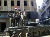 Des soldats de la IIIe brigade blindée de l'armée syrienne célébrant la reprise de la ville de Maskana sur un char de bataille T-72.