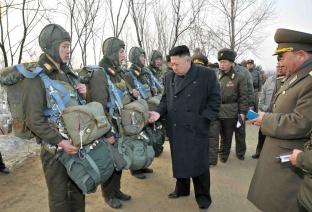 Kim Jong-Un en visite à l'unité 323 dans une photo diffusée en février 2013 par l'AFP provenant de l'agence Nord-Coréenne KCNA.