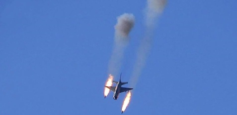 La guerre en Syrie est aussi celle de l'aviation syrienne. Un antique Mig-21 syrien (appareil de deuxième ligne) en action contre des positions rebelles en milieu urbain. On comprends que Damas entend préserver ses appareils plus récents. D'autant plus que la rébellion dispose d'une DCA de plus en plus variée.