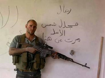 Un Sniper armé d'un fusil SVD Dragunov de la force de défense nationale syrienne. Ces anciens militaires déserteurs ont rejoint la rébellion au début du conflit puis se démarqués de l'ASL pour créer une force autonome qui se bat actuellement aux côtés des forces régulières syriennes. Cette évolution a définitivement miné l'ASL et précipité sa chute. Ici à Magdel Shemss.