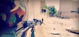 Un soldat syrien armé d'un AK-47. L'armée syrienne semble avoir anéanti l'armée syrienne libre et ne se heurte désormais qu'aux organisations telles que Jobhet Ennosra et ses alliées.