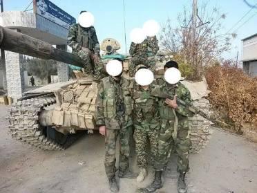 Soldats anonymes syriens posant près d'un char de bataille à l'intérieur de la gare de Dir Selmane à la Ghouta Orientale, près de Damas...