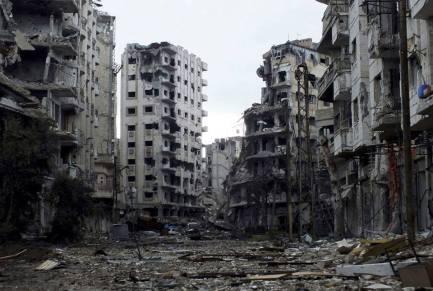 L'offensive générale des forces armées syriennes contre une guérilla urbaine a causé d'énormes dégâts collatéraux en milieu urbain. Des chars et l'artillerie sont désormais utilisés en concert au milieu des pâtés d'immeubles pour en déloger les combattants rebelles et surtout les snipers embusqués pâté par pâté...