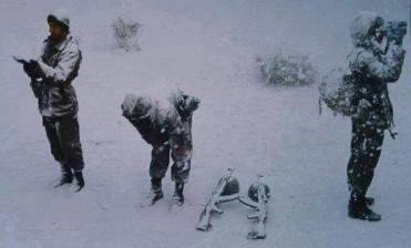 Les combats au Qalamoun au Nord de Damas se sont déroulés dans des conditions météorologiques extrêmes caractérisées par d'importantes chutes de neiges. Ici, des soldats syriens dans la neige gardant l'entrée d'une position quelque part au Qalamoun.