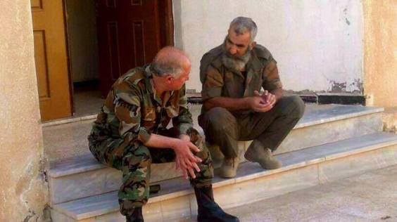 Il est inconnu des médias dominants mais un héros en Syrie. L'homme à gauche sur la photo n'est autre que le général Issam Zahreddine, l'un des cinq principaux stratèges de l'armée syrienne, ici en train de discuter avec un des chefs des milices de la défense populaire.