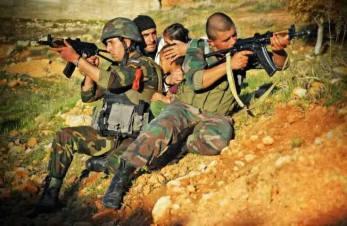 Deux soldats syriens d'une unité de choc protégeant trois civils dont deu enfants en bas âge, en attendant des renforts. Rif de Damas.