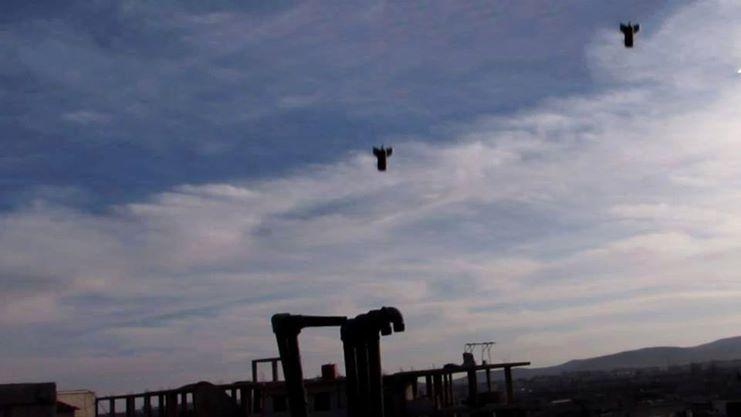 Deux bombes thermobariques lancées par des bombardiers syriens au dessus des rebelles, peu avant leur explosion.
