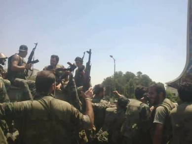 Soldats syriens avançant vers la prison centrale d'Alep, assiégée par les rebelles depuis 2 ans...