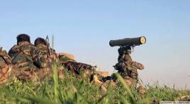 Des soldats des forces de la défense nationale ou NDF (une force paramilitaire gouvernementale) utilisant un missile antichar Kornet 9M133 (AT14). Aux côtés de l'armée syrienne, les NDF, dont la création a été inspirée sur le modèle des forces du ministère de l'Intérieur russe et constituées il y a moins d'un an de volontaires peu entraînés, est en train de devenir une redoutable force dont les équipements ne cessent de s'améliorer.