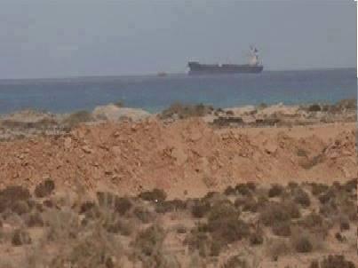 Un tanker Battant pavillon Nord-Coréen, accusé par Tripoli de clandestinement s'approvisionner en pétrole brut dans le terminal pétrolier d'Al-Sidra, non loin d'Al-Brega en Cyrénaïque, est menacé de bombardement avec toutes ls conséquences écologiques pouvant en découler. La Corée du Nord est très loin, isolé sur le plan international et ce navire devient la cible idéale pour un gouvernement libyen aux abois.