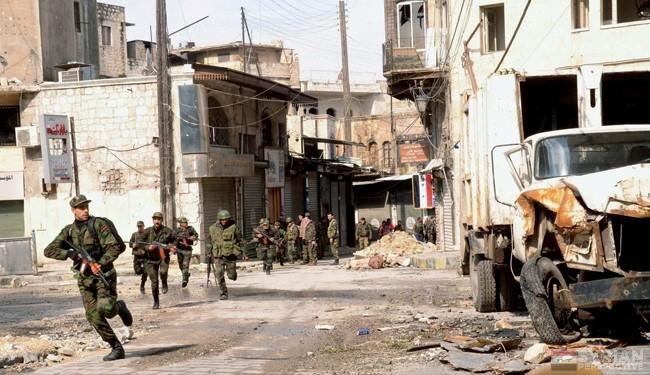 Los soldados de una unidad de la infantería mecanizada sirio en las calles de Aleppo.
