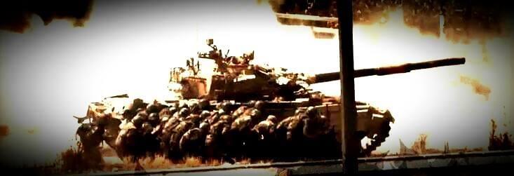 Des soldats de l'armée syrienne se protégeant derrière un char T-72 lors d'une offensive sur un fief rebelle sis en zone péri-urbaine. La durée de vie des chars de combat dans le conflit syrien est en nette diminution malgré les modifications apportés aux blindages.