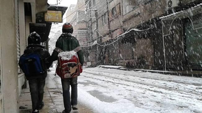Deux écoliers syriens se rendant à l'école dans Douma, la localité la plus bombardée de Syrie.