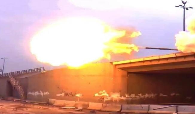 Canon à âme lisse d'un char de bataille T-72 MV de l'armée syrienne en action au-dessus d'un pont. L'arme blindée fut massivement utilisée dans les offensives contre les fiefs rebelles, notamment à Jobar, Douma, Alep, Homs et Deraa.