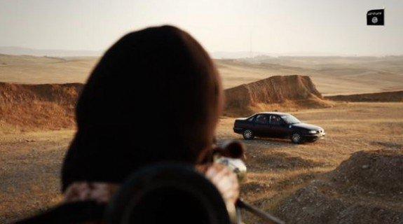 A peine quelques minutes plus tard, un terroriste armé d'un lance-roquette antichar RPG-7 s'apprête à détruire le véhicule dans lequel les quatre prisonniers ont été enfermés.