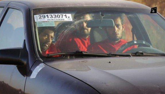 Capture d'image d'une vidéo de Daech où l'on voit un groupe de prisonniers irakiens portant la combinaison orange-rouge, enfermés dans une voiture touristique, probablement volée à Mossoul vu le numéro de la plaque sur le pare-brise.