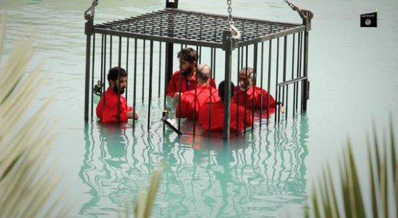 Capture d'écran montrant cinq prisonniers irakiens dans une cage en acier exécutés par noyade dans une piscine.