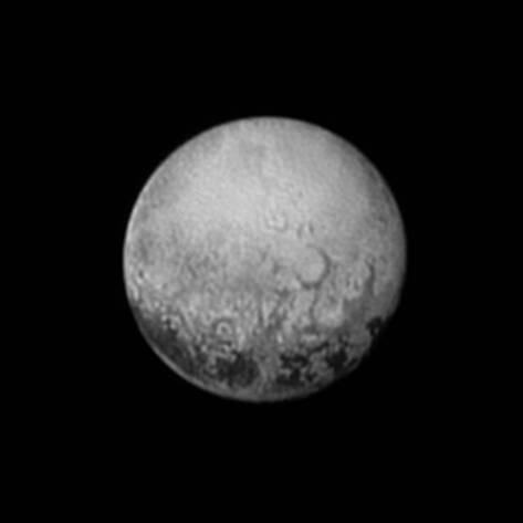 """Une des premières photographies de la planète Pluton, prise par la sonde New Horizons.  Cette planète méconnue, déjà  évoquée dans les légendes sumériennes (dénommé Gaga, le monde """"bleu"""") cache une infinité de secrets. Notez les signes apparents d'une géologie assez importante  en surface. Texture similaire à celle des représentations """"néfastes"""" des anciens grecs"""
