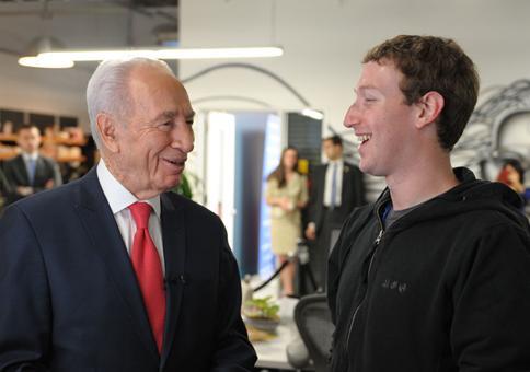 Marc Zuckerberg (un patronyme emprunté) avec le président israélien Shimon Perez, né sous le nom de Szymon Perski (ancien terroriste de la Haganah) en mai 2012.