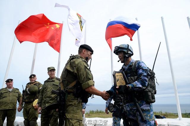 Officiers Russes et Chinois à l'issue d'un exercice aéronaval effectué dans le Golfe Pierre le Grand (Залив Петра Великого) dans la mer du Japon. Août 2015