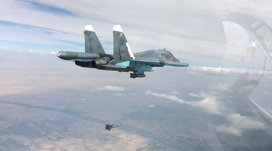 Un bombardier russe Sukhoï Su-34 (Fallback) en train de lâcher des munitions au dessus de cibles de Daech à Al-Rqqa, en Syrie. (Photographie, Ministère russe de la Défense)