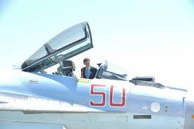 Syrie: Al-Assad inspecte un SU-35 sur la base russe de Hmeimim